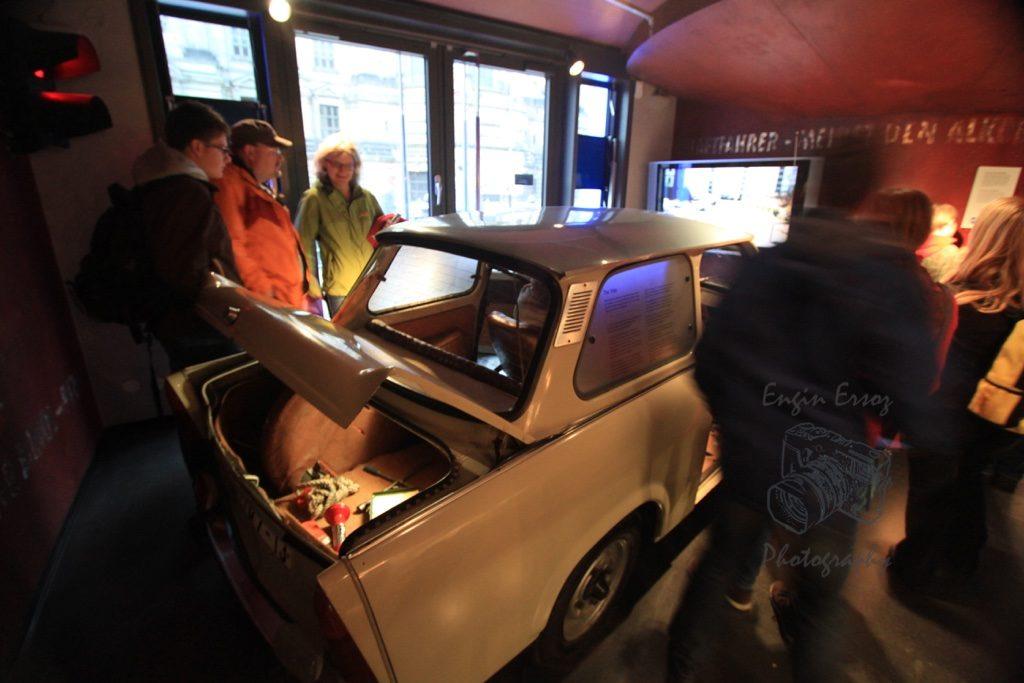 Doğu Berlin'den Batı Berlin'e kaçış için araç gizli bölmelerine saklanmak gibi birçok teknik denenmiş. Bunların çoğu DDR Müzesinde görülebiliyor.