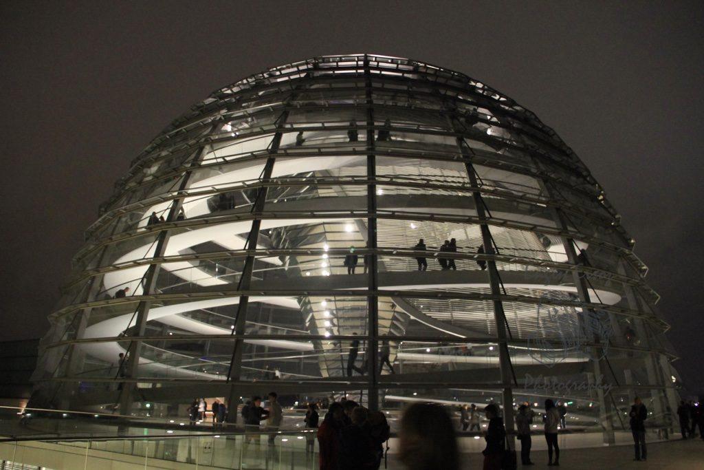 Parlamento Binası; Reichstag mimarisi ile göz dolduruyor.