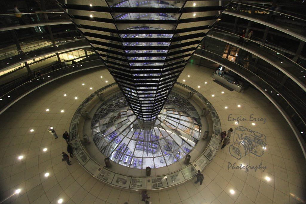 Reichstag'ın içerisi helozon şeklide tasarlanmış cam kısımdan altta toplanan Parlamento izlenebiliyor.