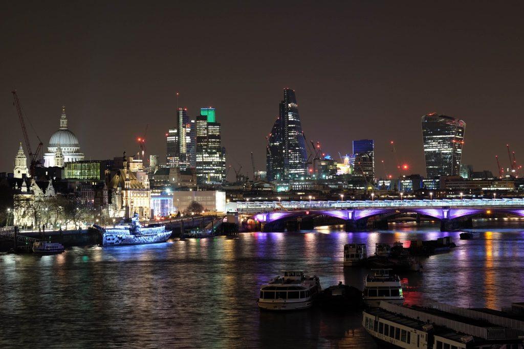 Thames Londra'ya çok şey katıyor.