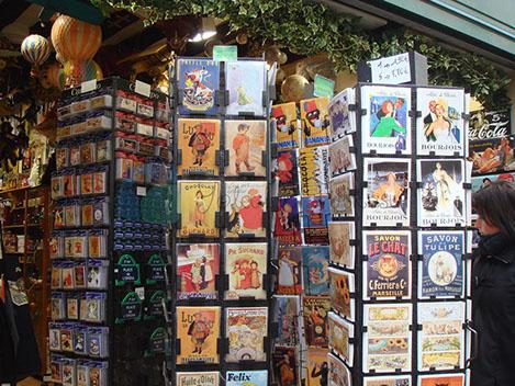 Paris hediyelik eşya mağazaları her yerde