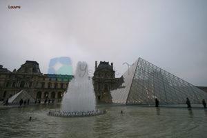Louvre Paris'in en büyük müzesi