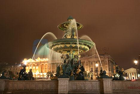 Concorde Meydanı zafer Talı ile Louvre Müzesi ortasında yer alıyor.