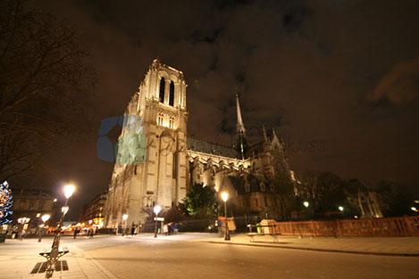 Notre dame Eiffle ile birlikte Paris'in en önemli yapıları.