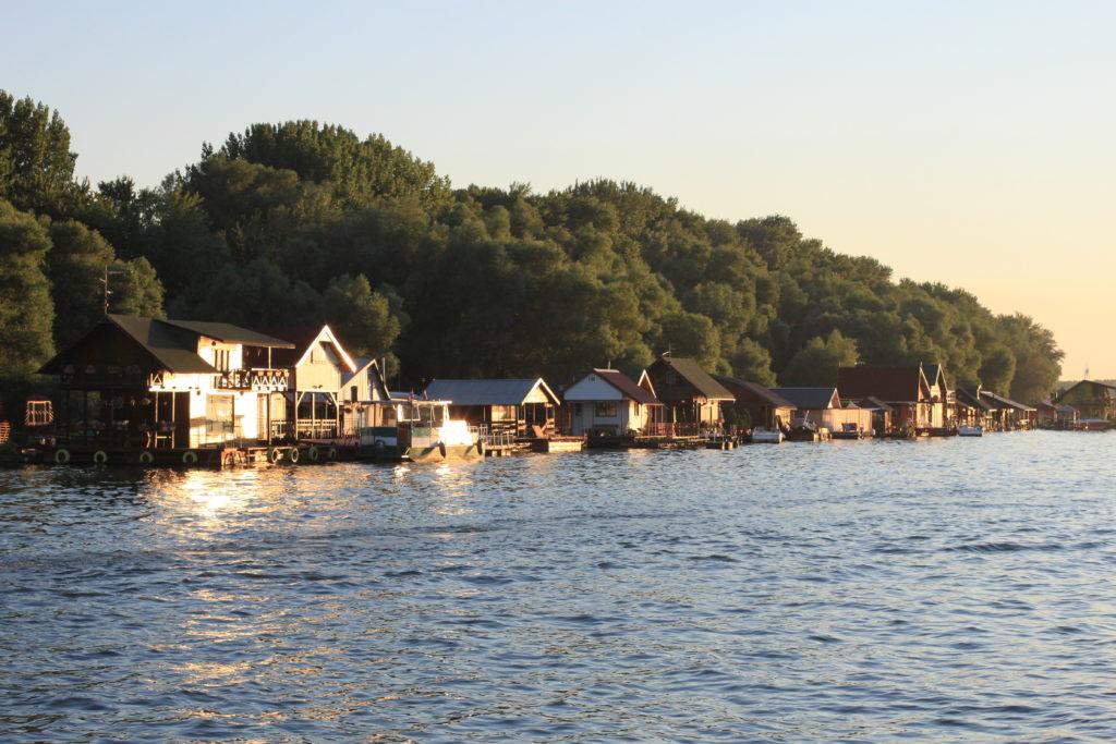 Belgrad gezilecek yerlerden birisi nehir kenarı