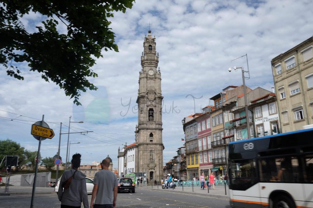 Torre de Clerigos şehrin tam kalbinde Porto'da