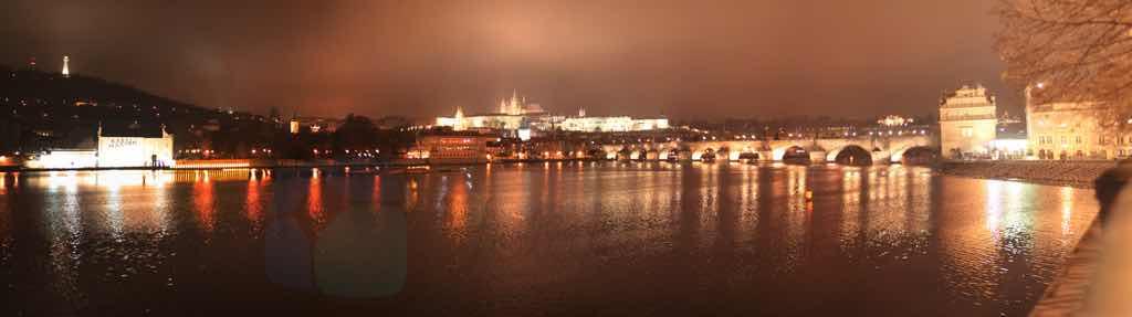 Gece Charles Köprüsü ve Prag Kalesi