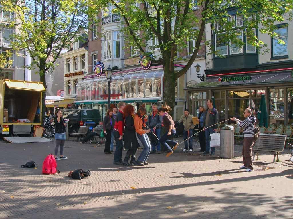 Spui özellikle üniversite öğrencilerinin takıldığı bir Maydam Amsterdam'da