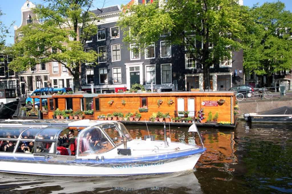 Amsterdam kanalları çok etkileyici.