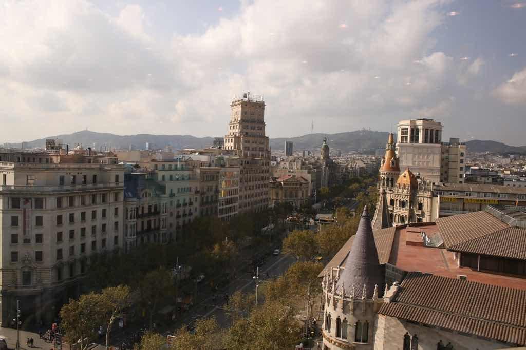 Barselona nın en bilinen caddesi La Rambla