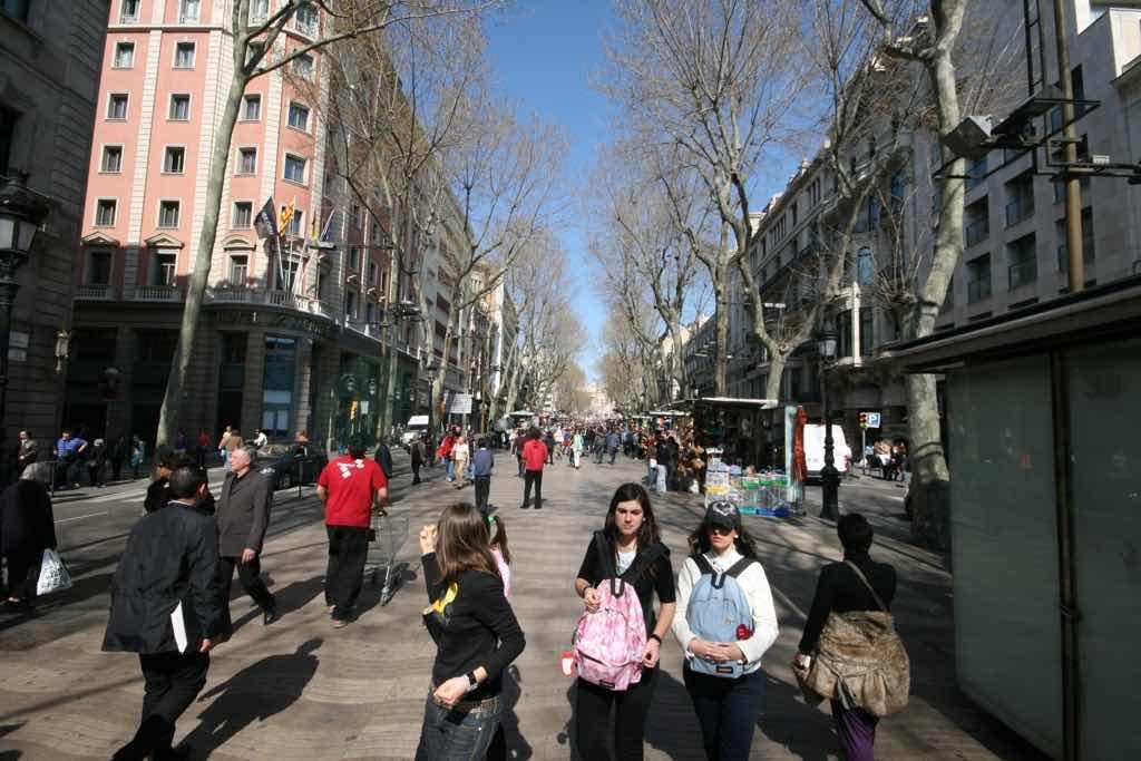 La Rambla Barselona nın en bilinen caddesi