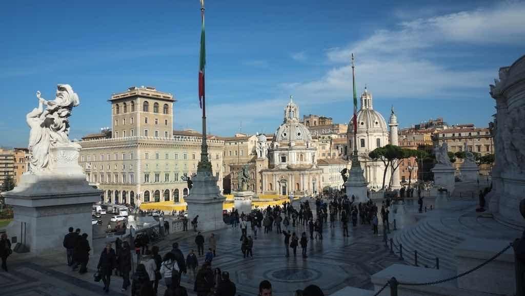 Piazza Venezia Roma'nın en önemli meydanlarındandır.