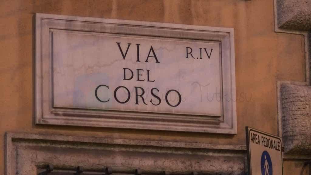 Via del corso Roma'nın önemli caddelerinden