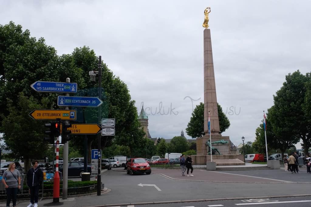 Gelle Fra Heykeli ve Obelisk