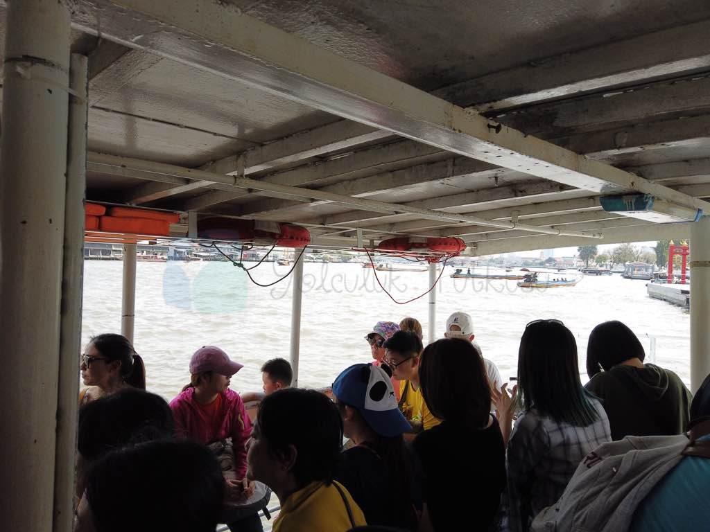 Bangkok crossing ferry nehri geçmek için kullanılıyor