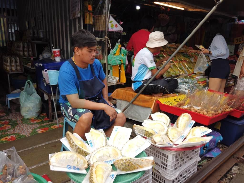 Maeklong Train Market Bangkok ne yapılır listesinde olmalı