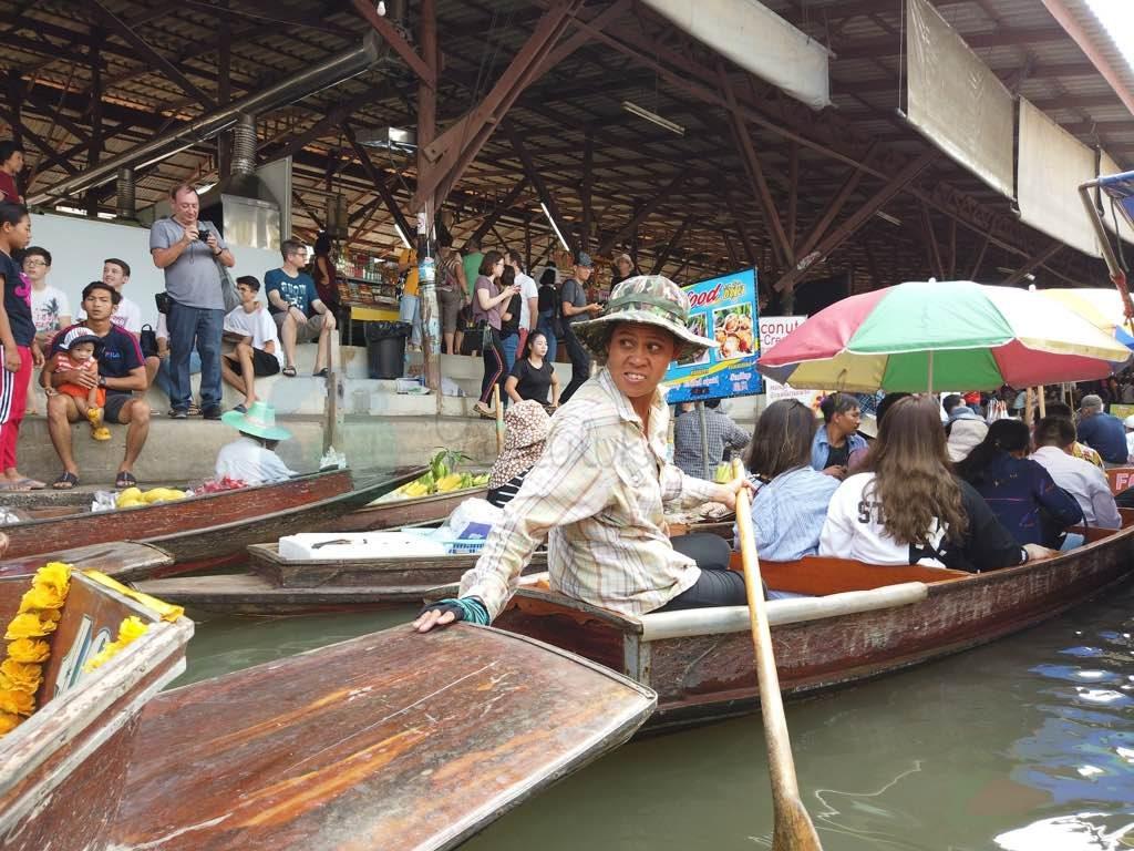 Damnoen Saduak Bangkok'un en büyük yüzen marketi