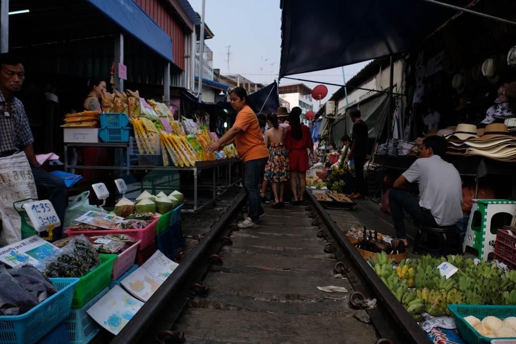 Maeklong Train Market Bangkok gezilmesi gereken yerler listesinde olmalı