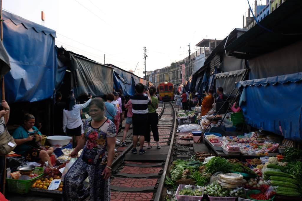 Maeklong Train Market Bangkok görülmesi gereken yerler listesinde olmalı